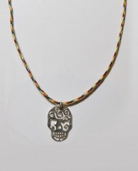 Collier pendentif tête de mort argent design avec lacet multicolores Saralinka