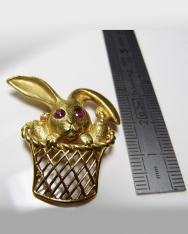 Broche panier lapin en Or jaune 18k Rubis et Diamants